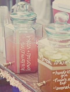 Trop beau, des boissons simple avec écriture au feutre blanc   #bonbonne #fontaine #mariage #lesbricolesdenolou  www.lesbricolesdenolou
