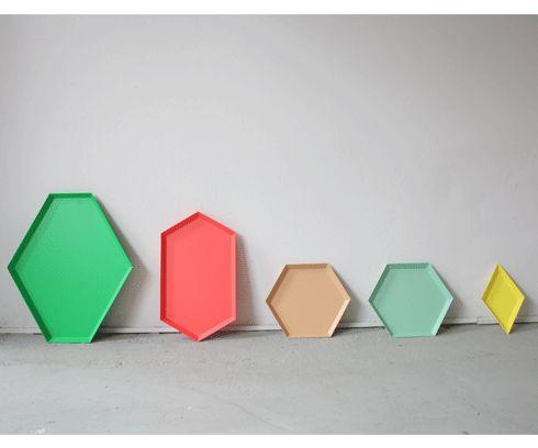 KALEIDO is een kleurrijke serie dienbladen van Clara von Zweigbergk voor HAY. De dienbladen zijn verkrijgbaar in 5 verschillende maten, die met elkaar gecombineerd kunnen worden. Het dienblad is gemaakt van gepoedercoat staal.