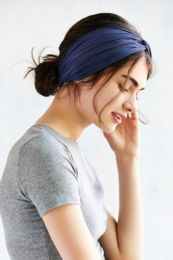 後ろでラフにまとめてヘアバンドをオン♪チャチャッと簡単にかわいいまとめ髪が完成です。お風呂上りの化粧水をつけるときも便利なので、かわいいヘアバンドを何本か持っておくと良いですね。