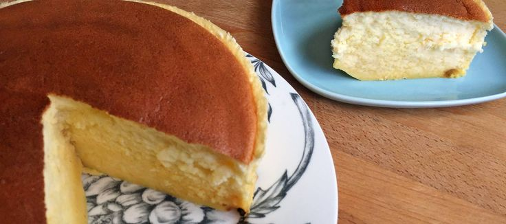 Tarta de queso japonesa Ingredientes  Para un molde de 20 cm de diámetro y 8 de alto  250 g de queso crema 6 huevos separados en yemas y claras 140 g de azúcar molido o en polvo 60 g de mantequilla 100 ml de leche 60 g de harina para repostería 20 g de almidón de maíz (Maizena) La ralladura de 1 limón 1/4 de cucharadita (1g) de crémor tártaro o 1 cucharadita de zumo de limón Una pizca de sal Opcional: pasas sultanas
