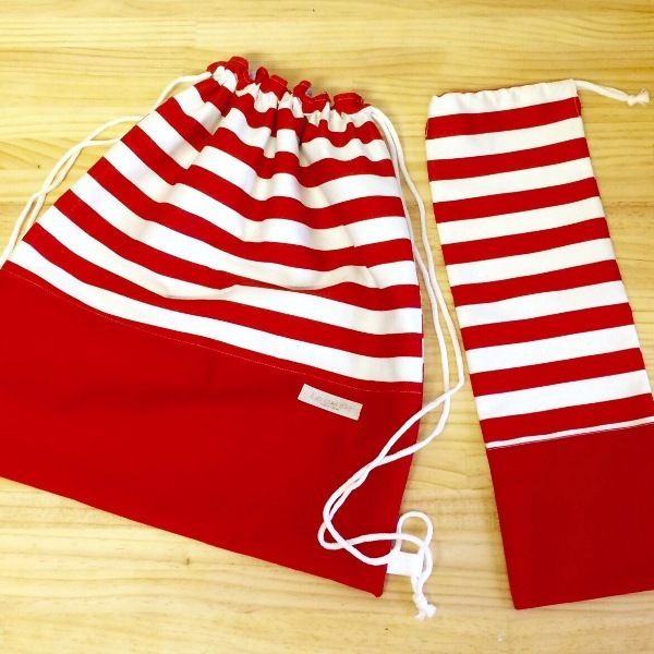 赤ボーダー 体操服袋(45センチ×40センチ リュックタイプ)赤ボーダー クレパス袋(縦45センチ×横15センチ ひも付き)※レッスンバッグや上靴入れの他に、コップ入れや体操服入れ、お昼寝お布団バッグなどオーダーを承ります。在庫0でもオーダーを承りますので、ご連絡下さい♪●カラー:赤●サイズ:体操袋 たて45cm×よこ40cm クレパス袋 たて45cm×よこ15cm●素材:綿●注意事項:リュク型体操袋は長めの紐を使用しております。お子様のサイズに合わせてカットしてお使いください●作家名:BLUE TREE#入園入学グッズ #手作り #ハンドメイド #オーダーメイド #レッスンバッグ #シューズケース #お弁当袋 #おしゃ#カワイイ #可愛い #通園通学 #上靴袋 #ランチョンマット #エプロン #幼稚園グッズ #保育園グッ#絵本入れ #手さげ袋 #新学期 #小学校 #小学生 #お着替え袋 #布小#体操着袋 #コップ袋 #給食袋 #ランチョンマット #鍵盤ハーモニカの袋 #座布団カバー #男の子 #女の子 #入園入学グッズ #入園入学準備 #入園入学シーズン #入園入学セット…
