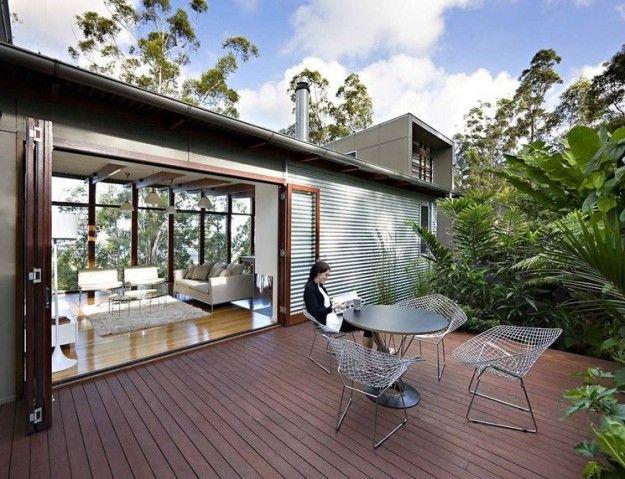 Terrazzo con pavimento in legno scuro - Come pavimentare un terrazzo in legno scuro per una casa di design.