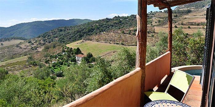 LA BUMBA COTTAGE - Gaucín :: Charmante casita met een zonnige inrichting voor 2 personen op het landgoed El Nobo in Gaucín. De plek is romantisch, het uitzicht reikt tot Noord Afrika. Gasten kunnen gebruikmaken van het infinity zwembad, de tennisbaan en de tuin van het landgoed. 's Ochtends kun je aangeven o je met de overige gasten van El Nobo mee wil dineren. www.escapada.eu/la-bumba-cottage
