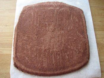 Levykakkupohjasta saa pehmeän pohjan täytekakkuihin. Se on myös oivallinen valinta erikoisenmuotoisiin ja -kokoisiin kakkuihin. Jos haluat vaalean pohjan, jätä kaakaojauhe pois. Ohje on mitoitettu 50 cm leveään uuniin. Levykakkupohjista voi helposti koota kakun isoihin juhliin.