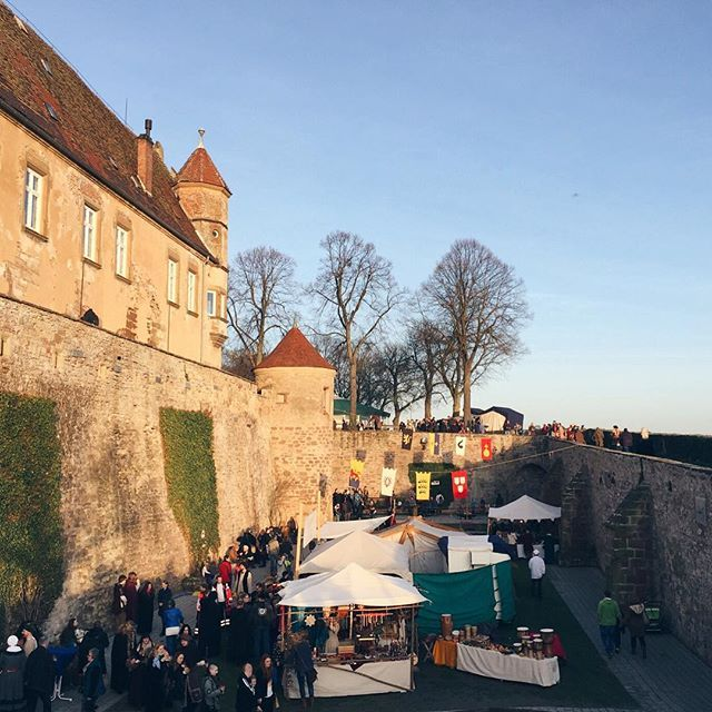 There is a lovely medieval Christmas market in a castle this weekend! Come by if you're in the south, it's at Burg Stettenfels between Stuttgart and Heilbronn! By Susi @blackdotswhitespots ••••••••••••••••••••••••• #placetobw #visitbawu #mbrent #christmasmarkets #weihnachtsmarkt #badenwürttemberg #romantic #castle