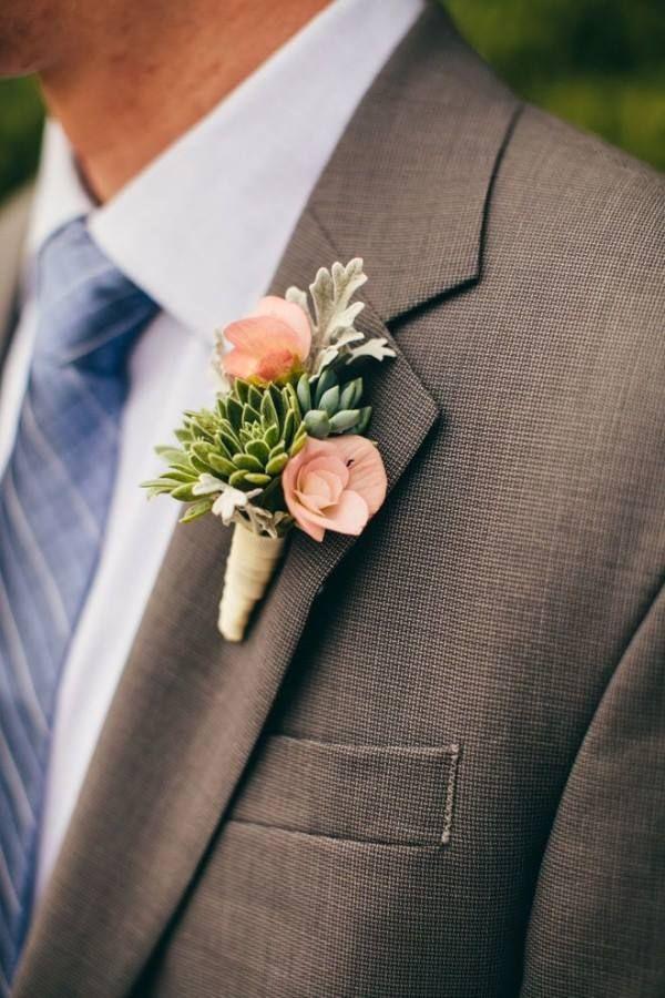 Look do noivo: terno azul e lapela de flor