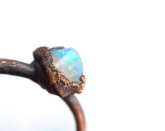 Anello opale grezzo | Anello opale australiano | Anello opale grezzo | Opale di fuoco australiano crudo gioielli | Anello opale grezzo | Anello opale australiano grezzo  Un crudo Opale australiano ha stato elettroformati ad un anello di rame martellato in calibro 12 di mano.  Questa è la dimensione più grande dellanello opale che offro.  Se non vedete la dimensione avete bisogno, o se volete farmi tenere le vostre richieste speciali in mente si prega di selezionare custom e farò felicemente…