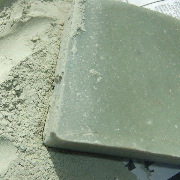 Zielona glinka posiada najsilniejsze właściwości absorbujące ze wszystkich glinek. Wyjątkowo polecana do cery silnie przetłuszczającej się i trądzikowej. Pomaga w normalizowaniu produkcji sebum przez skórę, łagodzi też podrażnienia. Nispodzianaką może być zawartość olejku wetiwerowego o wspaniałym zapachu mokrego leśnego runa... Aby wykorzystać pełny potencjał mydeł glinkowych, należy dokładnie namydlić skórę i pozostawić ją tak przez przynajmniej kilkanaście sekund, potem zmyć wodą.