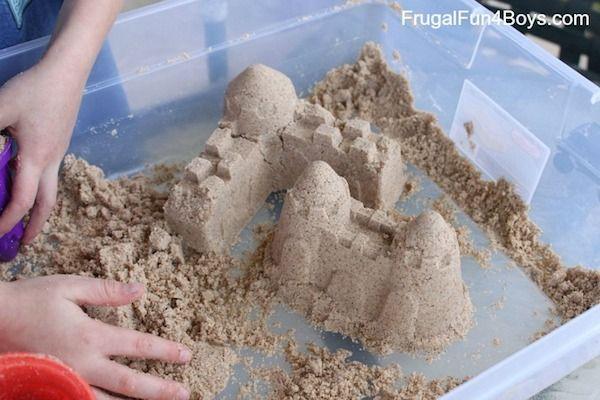 ¿Os gustaría jugar con castillos de arena en casa? Os enseñamos a hacer arena moldeable para jugar sin parar, no te pierdas estas manualidades infantiles.