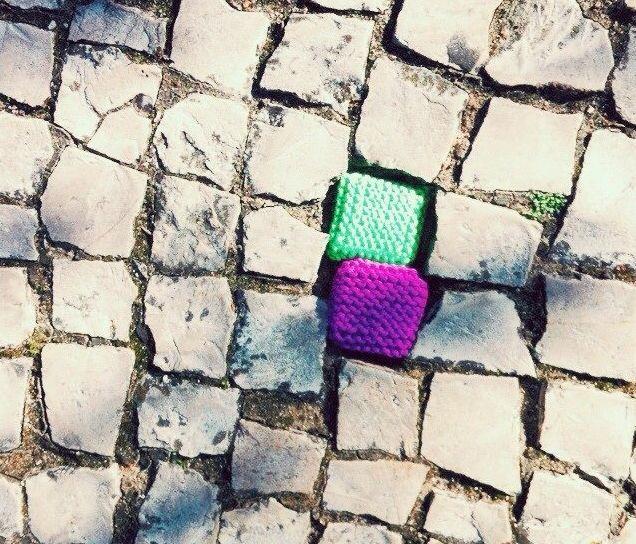 Yarn Bombing, Portugal http://restreet.altervista.org/guerrilla-knitting-la-street-art-delle-casalinghe/