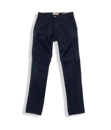 Παντελόνια chinos regular fit κατασκευασμένα από ανθεκτικό soft-touch ύφασμα διαθέσιμο σε 4 υπέροχες χειμωνιάτικες αποχρώσεις μπλε, πράσινο, μπορντό και καφέ. Το παντελόνι συνοδεύεται από ζωνάκι δερματίνης . Τα παντελόνια chinos είναι το...