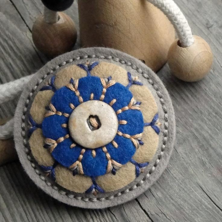 Brožka mandalka Brož z filcu s keramickým knoflíkem, vyšívaná bavlnkama... my work ;)