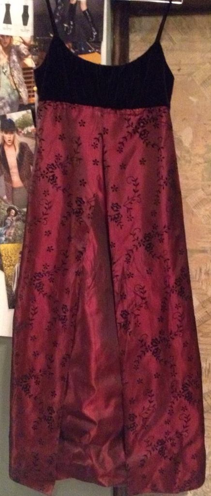 Long gown black top & red all over :)  50€