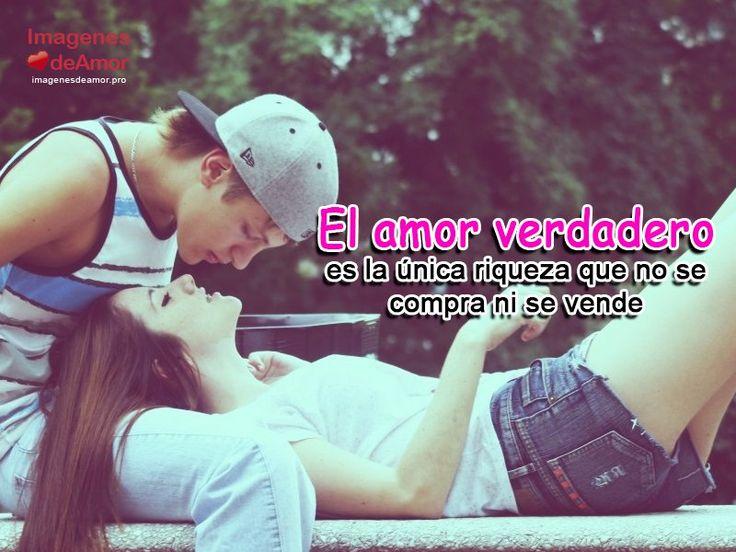 Enamorados besandose con frase: El amor verdadero es la única riqueza que no se compra ni se vende.