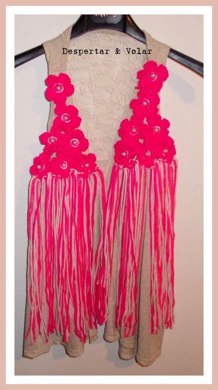 chaleco de modal con detalles de flores tejidas al crochet, flecos y perlas
