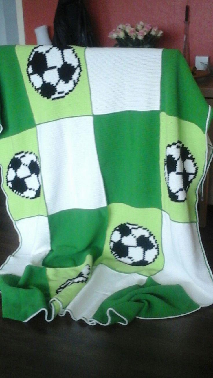 Deken met 20 blokken van 35 x 40 cm. 7x wit, 7x groen, 6x voetbal. Alles in vasten gehaakt. De blokken met de kreeftsteek aan elkaar gehaakt.