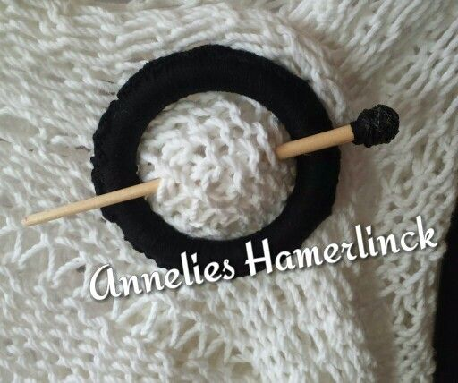 Sjaal speld van gordijnring , uiteinde van een penseel en omwikkeld topje.