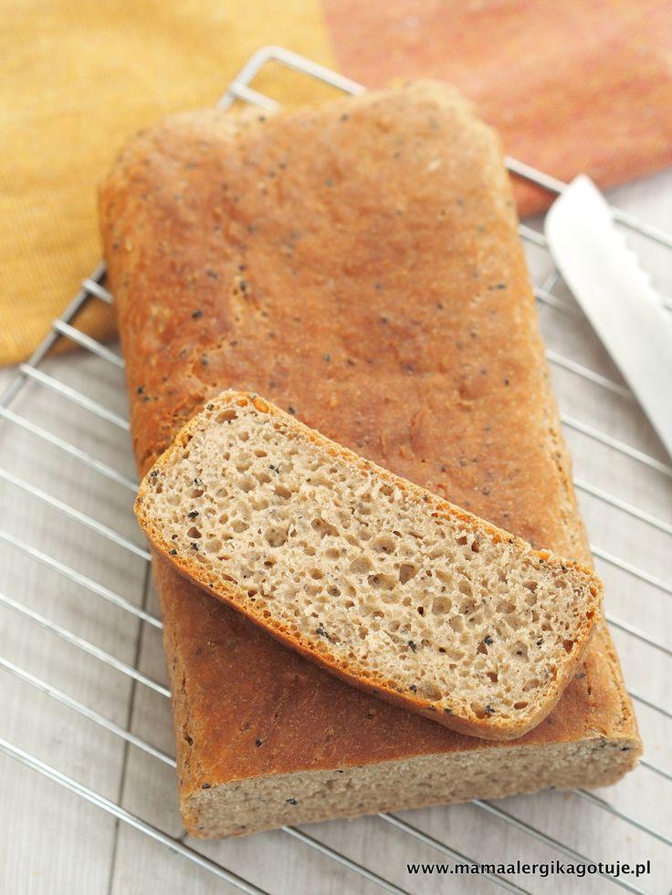 Pełnoziarnista drobno zmielona płaskurka nadała pieczywu ładny kolor i lekko orzechowy posmak. Dodatek czarnuszki wzbogacił chleb w wartościowe składniki odżywcze. Czarnuszkę można zamienić na inne ulubione ziarna. Zamiast nasion chia można dodać siemię lniane najlepiej złociste. Chlebek po upieczeniu ma twardą rumianą skórkę i roztacza w domu niepowtarzalny zapach.