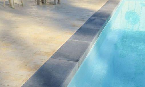 Margelle piscine à talon en pierre reconstituée aspect pierre de vendée grise de Roc de France