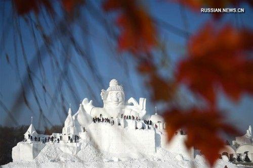 """харбинский снеговик. Харбин, 18 декабря /Синьхуа/ -- На территории выставки снежных скульптур в Харбине /провинция Хэйлунцзян, Северо-Восточный Китай/ наполовину завершено сооружение 34-метровой фигуры """"снеговика-гиганта в ледово-снежной короне"""". Скульптуру, на которую уйдет 21 тыс кубометров снега, планируется закончить 20 декабря, она станет самой высокой экспозицией выставки. -0- Фотографии Синьхуа/ Ван Цзяньвэй"""