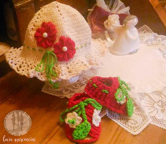 Cuffietta Petit Fleur, completino terminato https://iliveintuscanyistantidiluciamarconcini.com/2017/02/21/cuffietta-petit-fleur-completino-terminato/ #babyshoes #childrenclothing #crochet #uncinetto