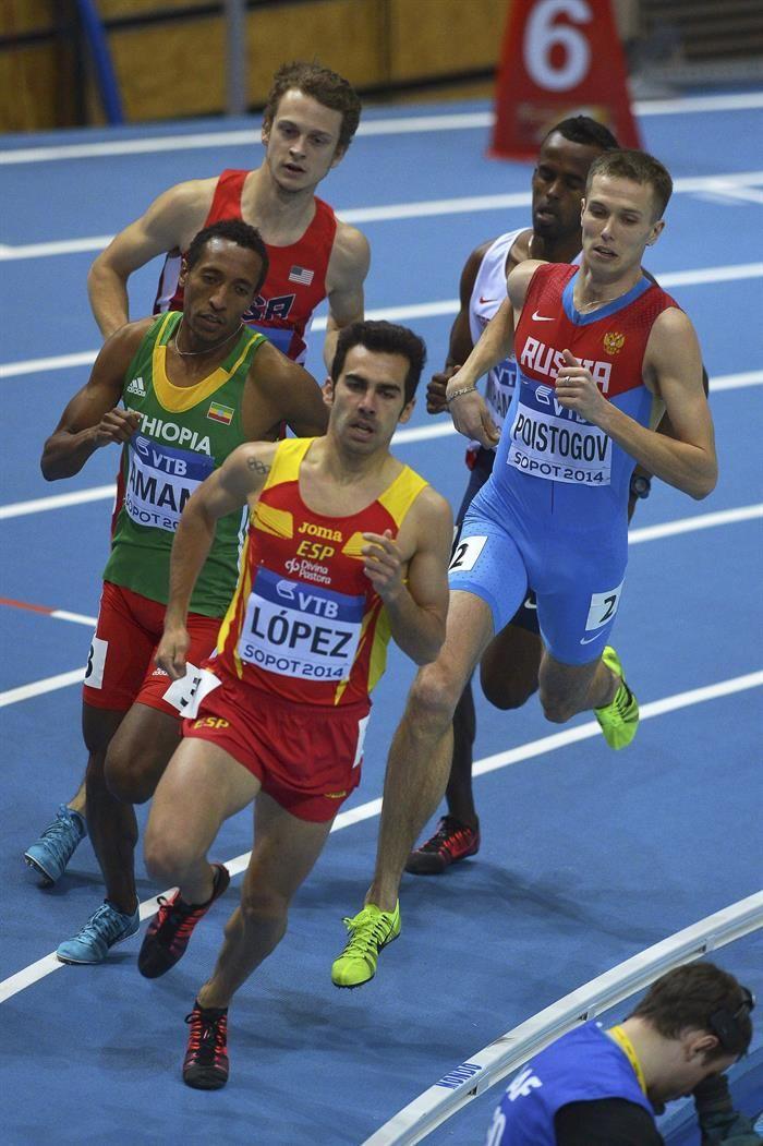 El atleta español Kevin López (alante) lidera una de las series clasificatorias de los 800 metros en los Mundiales de atletismo.