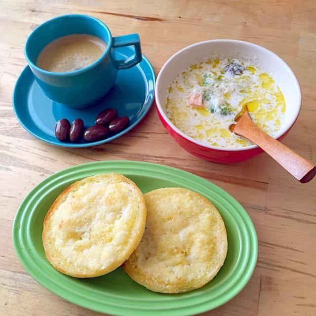 前日の夜のスープ、イングリッシュマフィンのチーズトースト、ネスプレッソのロサバヤでルンゴ、アーモンドチョコ - 13件のもぐもぐ - 平日のあさごはん by lottarosie
