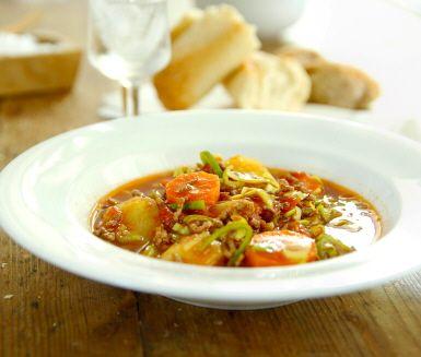 En mustig köttfärssoppa som värmer dig och din familj en kall kväll. Soppan är fylld av fantastiska rotfrukter som morot, purjolök och även matig potatis. Servera med nybakat bröd som doppas i soppan.