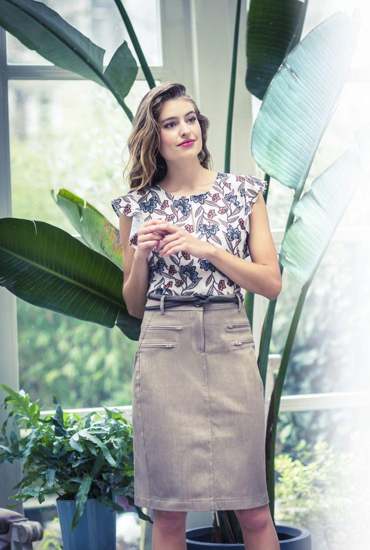 Deze rok ziet er sportief uit door de coloured denim en sierstiksels. Dit model heeft naar voren verlegde zijnaden, ritszakjes, en middenachter een deelnaad met onderin een loopsplit. Zo'n rok staat ook goed met een sweater!  TIP Je kunt deze rok ook van klassieke blauwe (stretch)jeans maken. Liefst een niet te dikke kwaliteit. En dan met sierstiksels in een oranje/okertint.