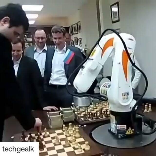 Clever Dieser Roboter Spielt Gegen Den Schachweltmeister Schach Roboter Meister