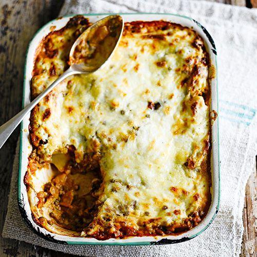 Deze lasagne heeft een vulling van onder andere linzen, bechamelsaus en voorgekookte lasagnebladen. Serveer met een frisse groene salade!    1. Verwarm de oven voor op 180 ºC.    2.Verhit de olie in een pan en fruit hierin de ui, wortel,...