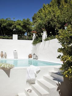 En esta casa viven Carlos y Gerard, que buscaron la tranquilidad y el sol de Andalucía después de Ámsterdam. El porche es sencillo, natural, ¡y muy fresquito!