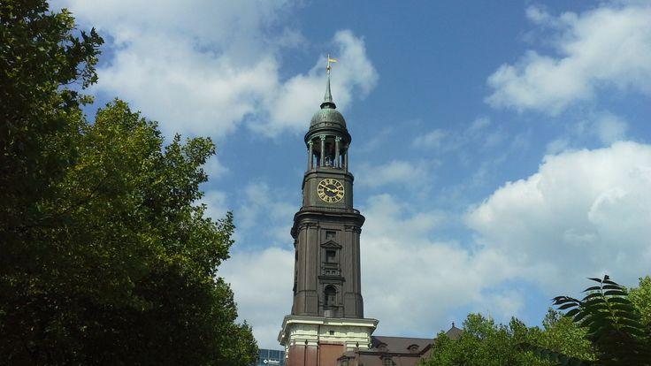 """Il """"Michel"""", ovvero il campanile della Michaeliskirche, uno dei simboli di Amburgo.  The """"Michel"""", the bell tower of Michaeliskirche, on the symbols of Hamburg."""