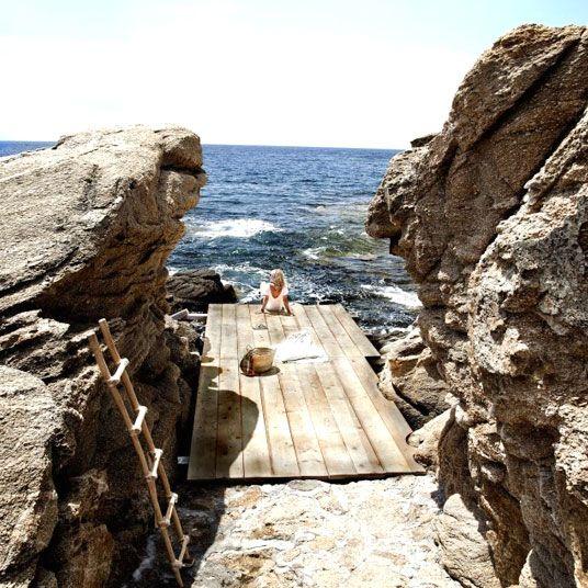 Bien calé derrière notre écran d'ordinateur, les îles grecques peuvent sembler difficiles à distinguer l'une de l'autre. Les grands classiques de l'hôtellerie locale incluent des extérieurs en stuc immaculé, des chambres plein soleil mariant le blanc et le bleu du drapeau national, des piscines défiant l'entendement et, tant qu'à faire, la proximité d'une plage digne de finir en fond d'écran. Aussi, c'est avec une grande joie que nous accueillons dans notre collection le Pietra e Mare, un…