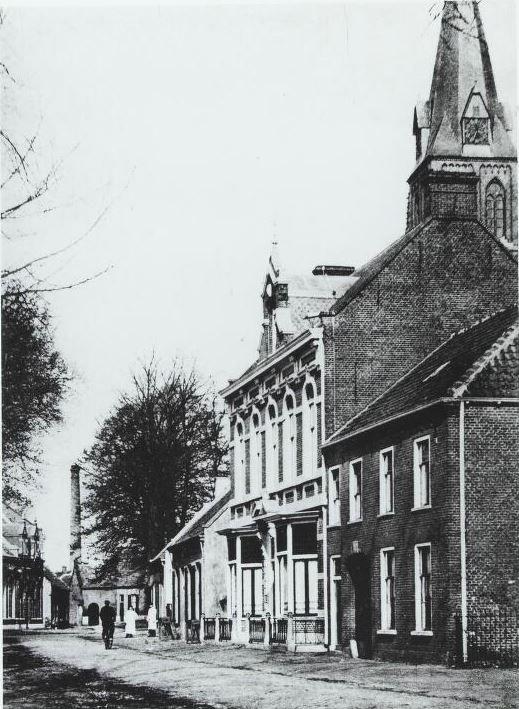 Bergstraat met in het midden het woonhuis van de familie Van Puijenbroek. Links hiervan het café van de familie Mutsaers voor de bouw van hotel de Kroon