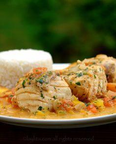 Le poisson et sa sauce à la noix de coco est un plat côtier équatorien assaisonné aux agrumes et aux épices puis cuit dans un mélange de coriandre, d'oignons, de tomates, de poivrons et de lait de coco. Les recettes de Laylita