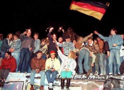 """Der damalige Leiter der """"Berliner Abendschau"""" des Senders Freies Berlin, Harald Karas, erinnerte sich in der RBB-Dokumentation an den Mauerbau: """"Viele waren der Meinung, das kann nicht lange dauern, das ist so abenteuerlich, so absurd, eine Stadt mittendurch zu schneiden, das kann nicht funktionieren, das ist ein Akt der Verzweiflung. Dass es dann so lange dauern würde, bis 1989, hat niemand geahnt."""" (Im Bild: Die Berliner Mauer am 10. November 1989, einen Tag nach Verkünden der…"""