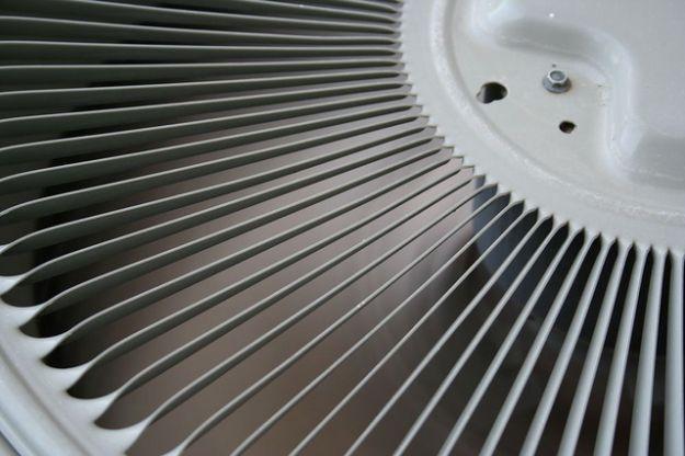 Aria condizionata: risparmio energetico in cinque mosse...Le operazioni di manutenzione sono fondamentali, in quanto si dovrebbe provvedere ad un'adeguata pulizia, a controllare i filtri, il canale di scarico e la serpentina di evaporazione. In particolare i filtri dovrebbero essere puliti ogni due mesi e, se sono in cattive condizioni, vanno sostituiti. .