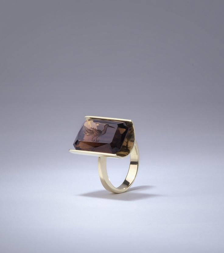prsten - žluté zlato, záhněda - gema s rytinou bájného ptáka