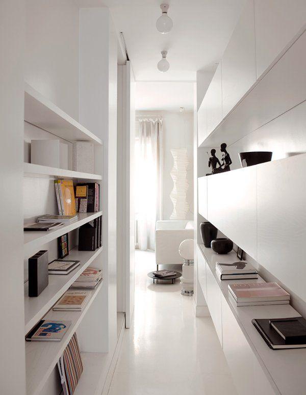 Corredor estreito e iluminado, reformado com prateleiras e armários na cor branca