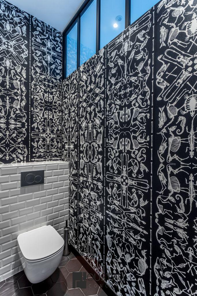 WC blanc et noir. Carrelage métro blanc. Papier peint noir. vitre atelier.