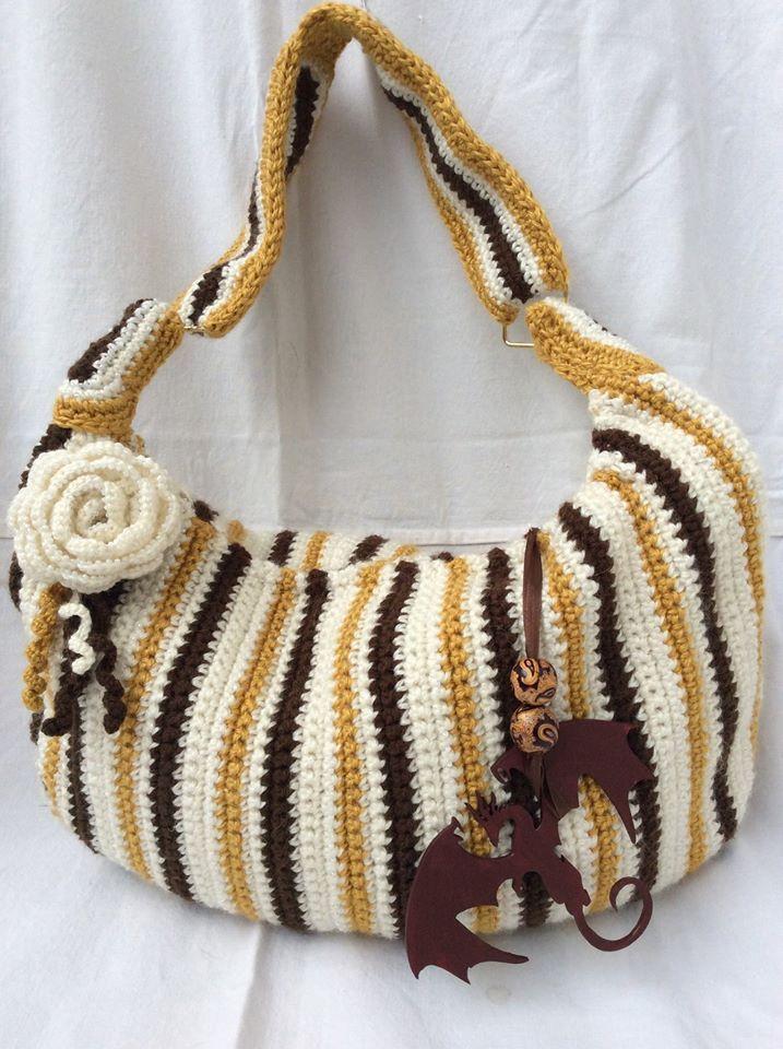 Cartera en crochet a dos tonos forrada en saten. venta por pedido en www.Gianatejidos/facebook.com