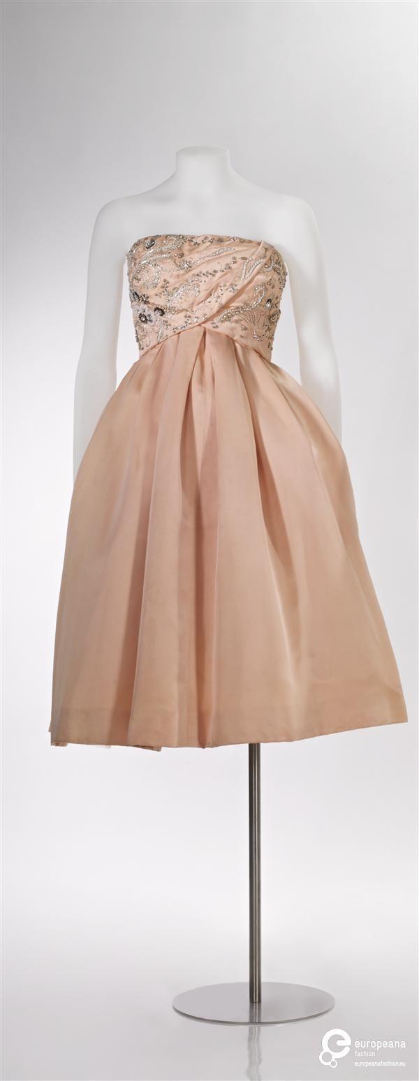 Cocktailjurk van roze zijde, strapless met halflange rok, garnering op lijfje van witte kraaltjes, zilverkleurig metaaldraad, roze parels en strass | Maison de Bonneterie (modehuis) - Europeana