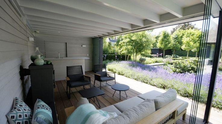 Het interieur van het tuinpaviljoen is licht en fris, de houtkachel van JAcobus verwarmt het huisje wanneer het 's avonds koeler gaat worden.