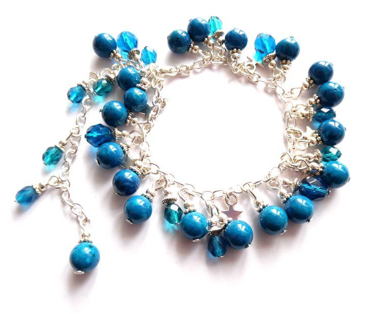 Armband i silverplätering med berlocker med stjärnor och blå pärlor av fossil och kristall.  One size