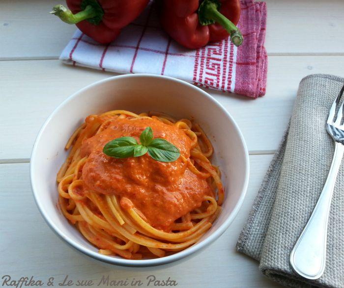 La pasta con salsa ai peperoni rossi è un primo piatto molto semplice nella sua preparazione, adatto anche a chi non ha un buon rapporto con la cucina.