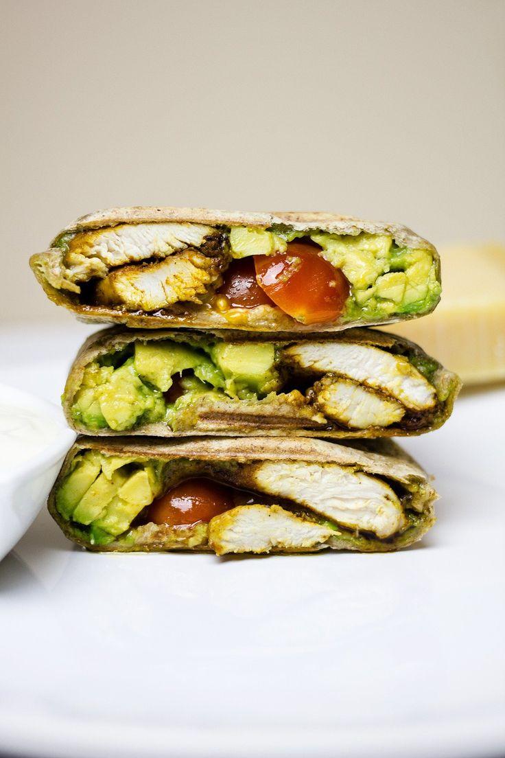 Burrito z kurczakiem i awokado. Tortilla z kurczakiem, kremowym awokado, pesto i pomidorkami. To danie, które przygotujecie w zaledwie 30 minut. Pysznaaa!