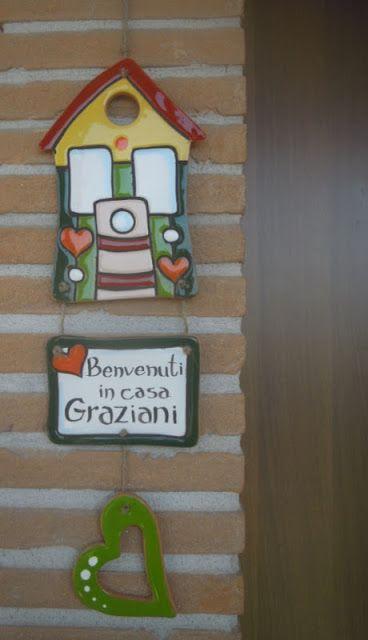ceramica come mestiere: Targhette con casa da appendere fuori la porta com...