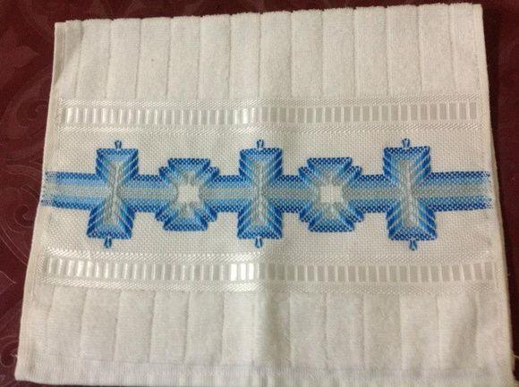 Toalha de Lavabo com Bordado em vagonite, em tons de azul.