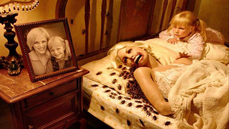 """Joshua Hoffine es un fotógrafo especializado en el terror: incorpora demonios, seres aterradores y otros monstruos en sus fotografías donde participan sus cinco hijas. Y el resultado es muy interesante… ¡No te pierdas algunas de sus fotos a continuación! """"Me encanta el género de terror desde que era un niño. Crecí viendo películas de monstruos"""